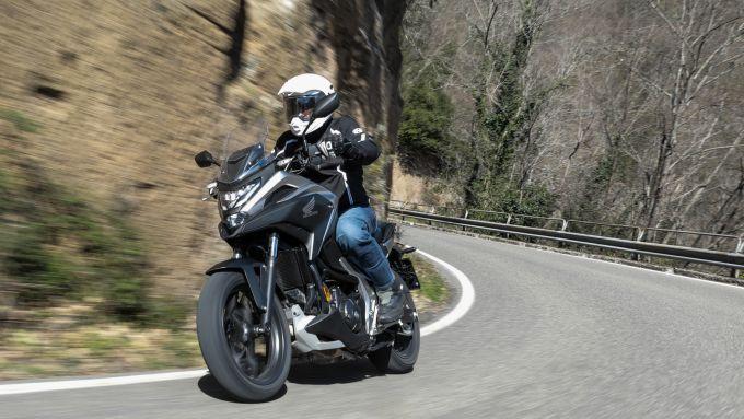 Honda NC750X 2021: manca il secondo disco anteriore? Un po', ma solo quando si deve frenare davvero forte