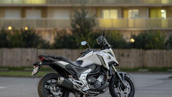 Honda NC750X 2021: vista posteriore