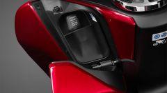 Honda PCX 125 2018: portaoggetti nel retroscudo