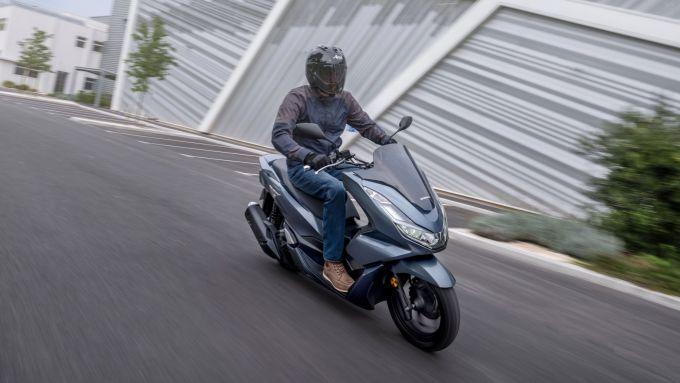 Honda PCX 125 2021: eccolo in azione