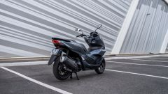 Honda PCX 125 2021: visuale di 3/4 posteriore