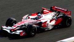 ...Honda per tre stagioni, dal 2006 al 2008. Poi Ross Brawn compra il team per un dollaro e nel 2009 nasce la...