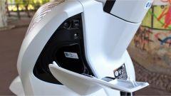 Honda SH300i: il vano nello scudo