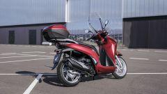 Honda SH350i 2021 con parabrezza, bauletto e paramani