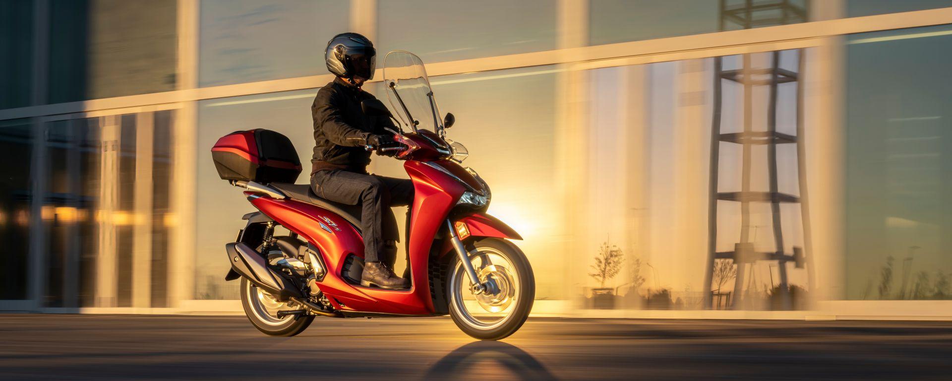 Honda SH350i 2021: il modello rosso con parabrezza e bauletto
