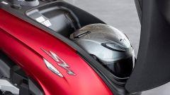Honda SH350i 2021: il vano sottosella contiene un casco integrale