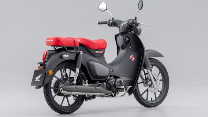 Honda Super Cub C125 2022: vista 3/4 posteriore