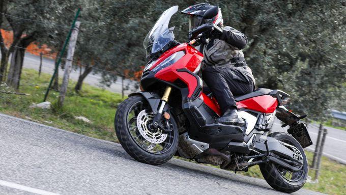 Honda X-ADV 2021 tra le curve