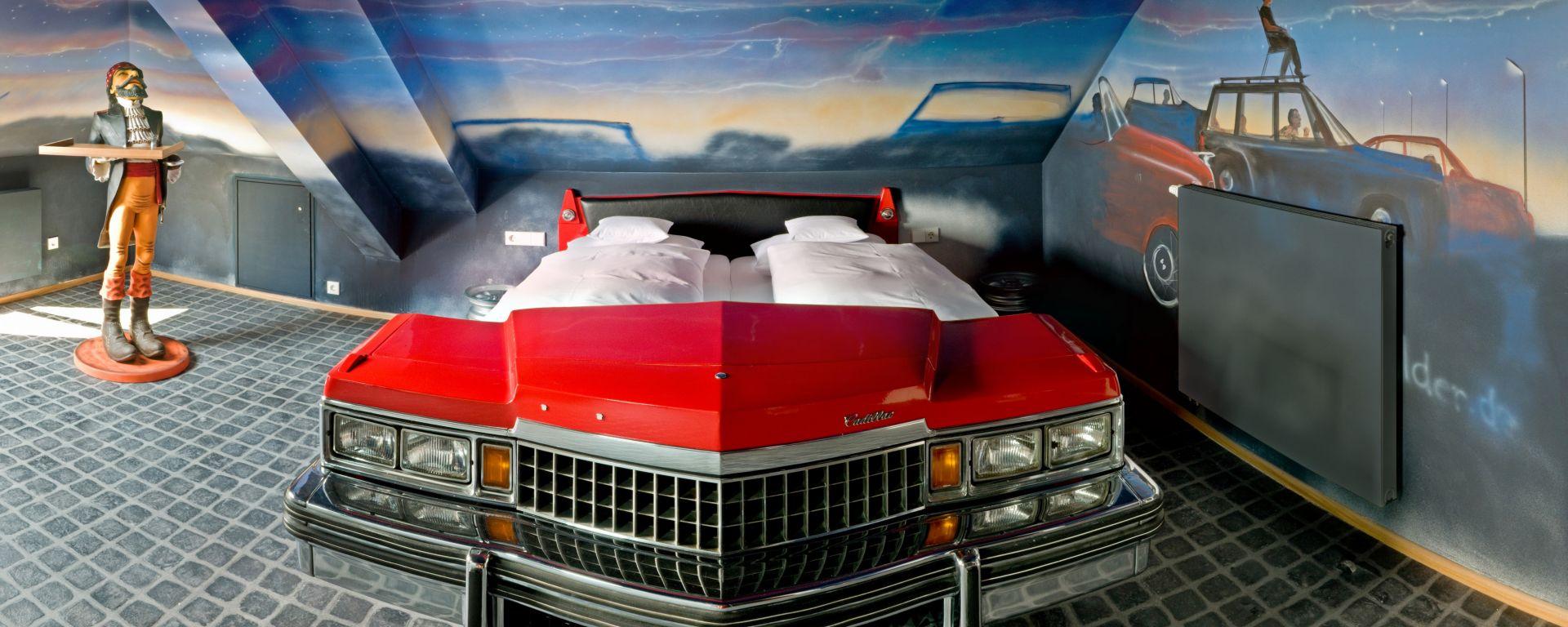 Hotel V8: quando dormire in macchina è una pacchia