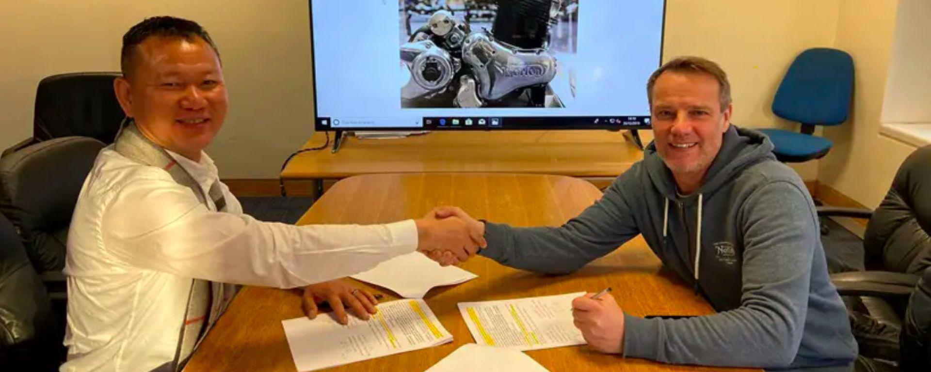 Huacong Wu, direttore della Jinlang Scienze & Technology Co, e Stuart Garner, all'epocaCEO di Norton Motorcycles, si stringono