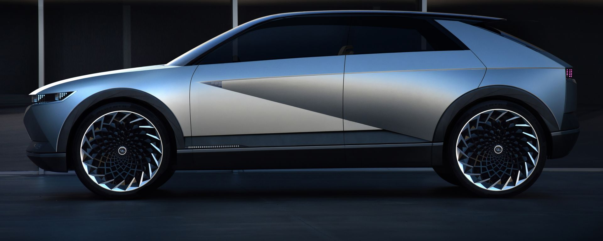 Hyundai 45 EV Concept 2019, lato sinistro: in evidenza la scalfatura obliqua sulla fiancata