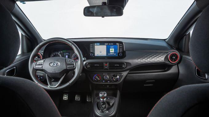 Hyundai i10 N Line 2021: gli interni, l'abitacolo anteriore