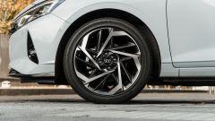 Hyundai i20 1.0 T-GDI 48V Hybrid Bose, dettaglio del cerchio
