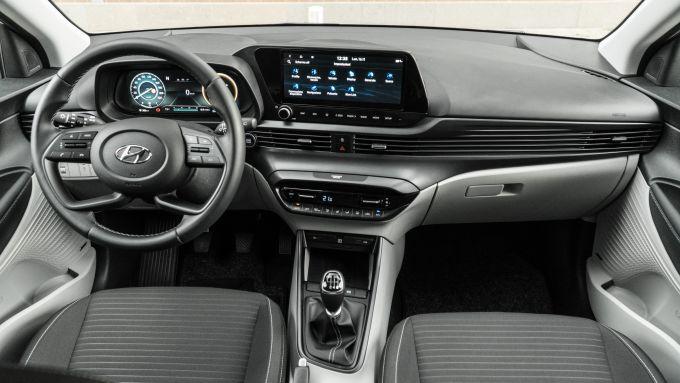 Hyundai i20 1.0 T-GDI 48V Hybrid Bose, gli interni