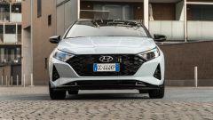 Hyundai i20 1.0 T-GDI 48V Hybrid Bose, il frontale