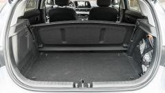Hyundai i20 1.0 T-GDI 48V Hybrid Bose, la cappelliera ha un alloggiamento specifico