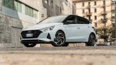 Hyundai i20 1.0 T-GDI 48V Hybrid Bose, vista 3/4 anteriore