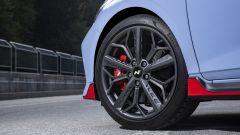Hyundai i20 N, dettaglio del cerchio e delle minigonne