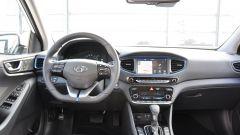 Hyundai Ioniq: dettagli alluminio su pedaliera, cambio e volante