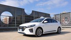 Hyundai Ioniq, il frontale: gruppi ottici sottili e spigolosi con un ampio paraurti