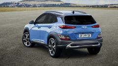Hyundai Kona 2021 Full Hybrid: visuale di 3/4 posteriore