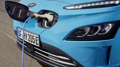 Hyundai Kona Electric 2021: lo sportellino di ricarica, sul muso anteriore