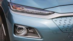 Hyundai Kona Electric: gli affilati fari a LED e la calandra chiusa per ragioni aerodinamiche