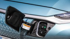 Hyundai Kona Electric: la presa di carica celata da uno sportello a destra della calandra