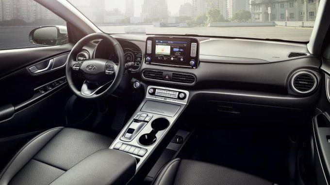 Hyundai Kona Electric: l'abitacolo ben rifinito e spazioso