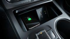 Hyundai Kona Electric: slot di ricarica wireless per smartphone