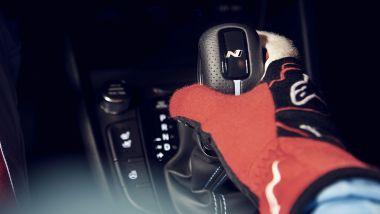 Hyundai Kona N 2021, la leva del cambio a doppia frizione
