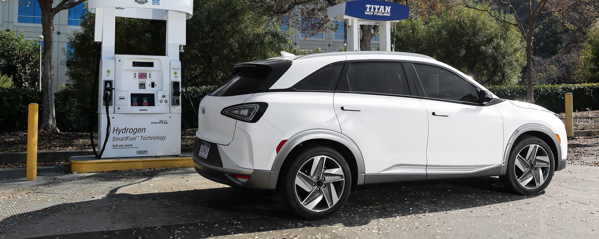 Hyundai Nexo al distributore di idrogeno