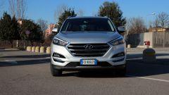 Hyundai Tucson 1.7 CRDi 141 cv 7DCT Xpossible, il frontale con calandra cromata