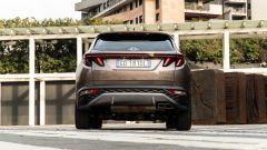 Hyundai Tucson Hybrid 2021: vista posteriore