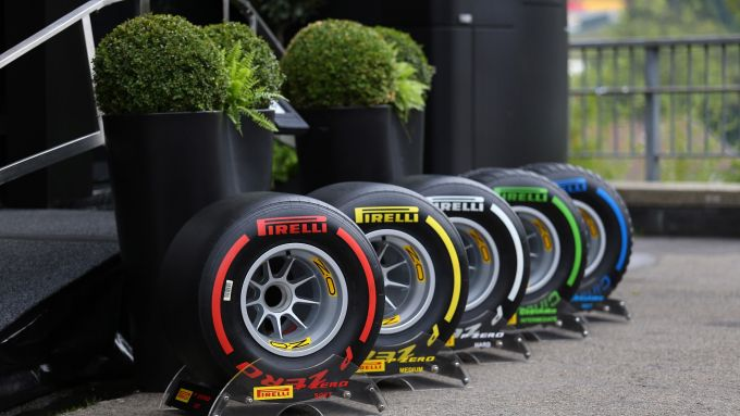 I 5 set di gomme 2019 davanti all'Hospitality Pirelli