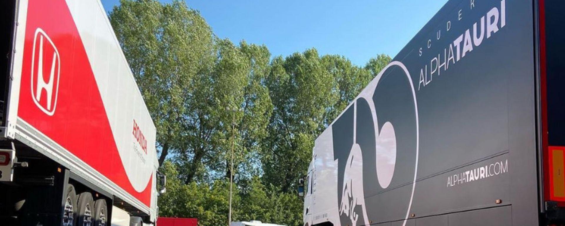 I camion di Honda e Alpha Tauri parcheggiati nel paddock dell'autodromo di Imola