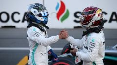I due piloti Mercedes si stringono la mano dopo le Qualifiche