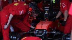 I meccanici della Ferrari al lavoro sulla monoposto di Charles Leclerc