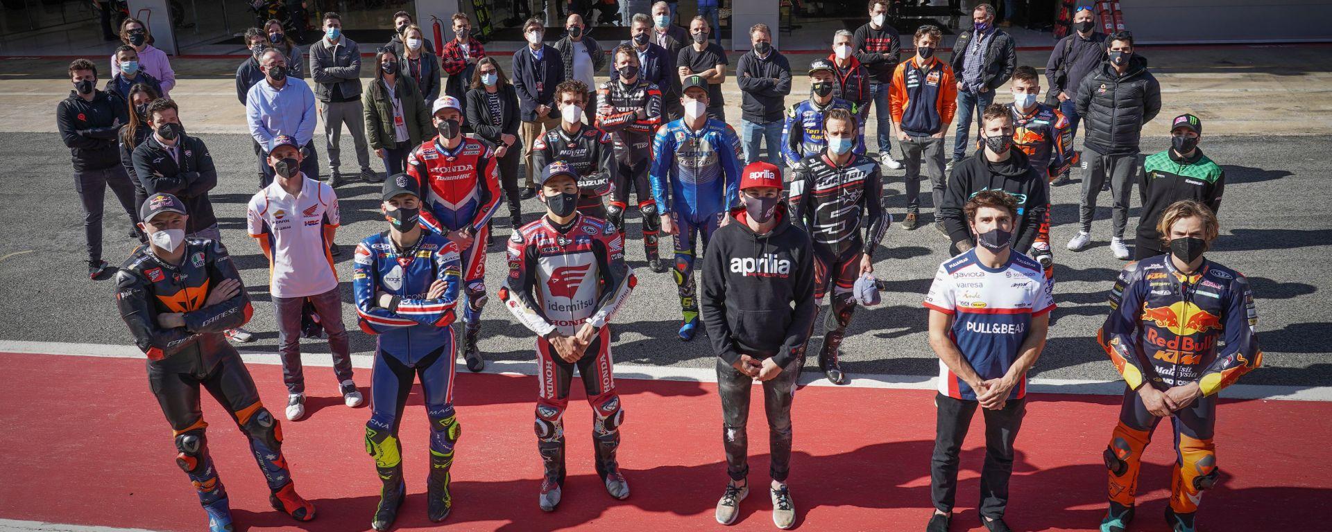 I piloti impegnati nei test di Barcellona in un momento di raccoglimento per Fausto Gresini