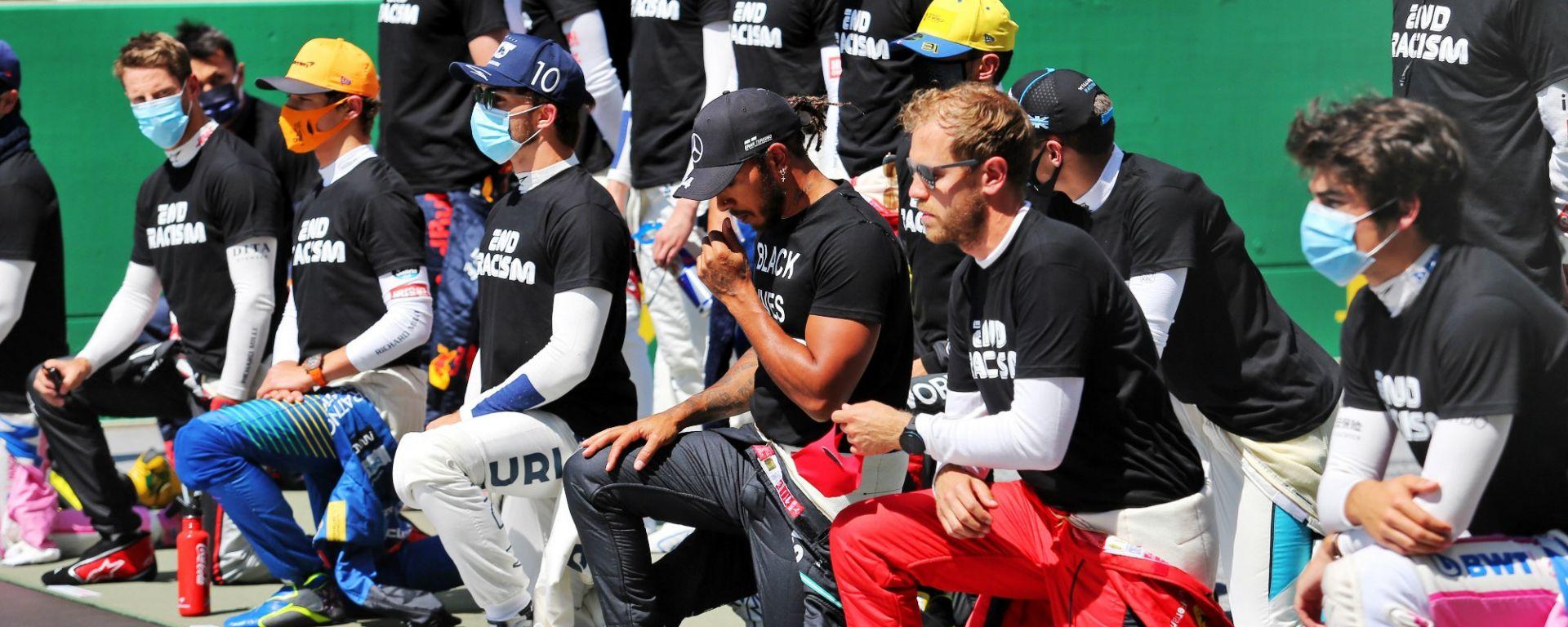 I piloti schierati contro il razzismo prima del via del GP d'Austria 2020
