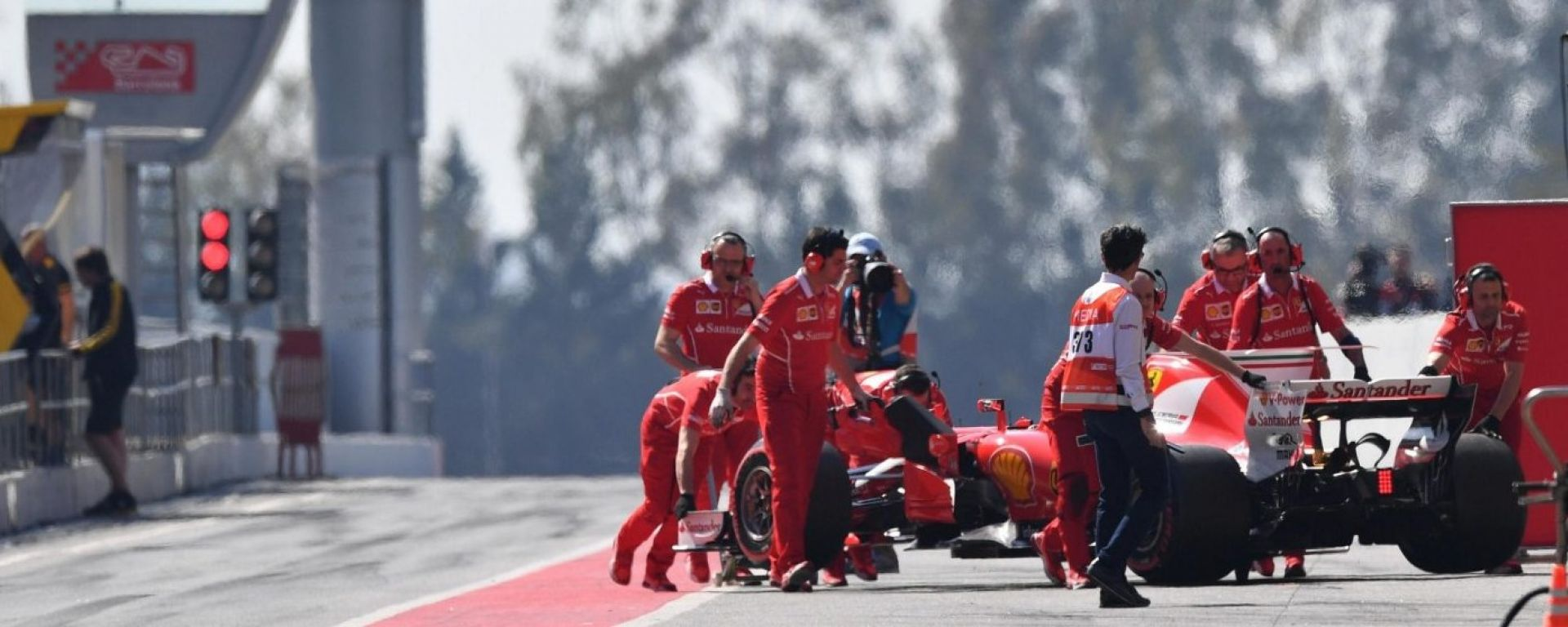 I tecnici Ferrari riportano ai box la Ferrari SF70H - test pre-stagionali 2017 Circuit Catalunya