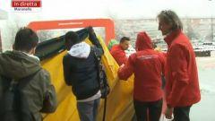 I tifosi della Ferrari iniziano a srotolare gli striscioni per dare il benvenuto alla nuova Ferrari di F1