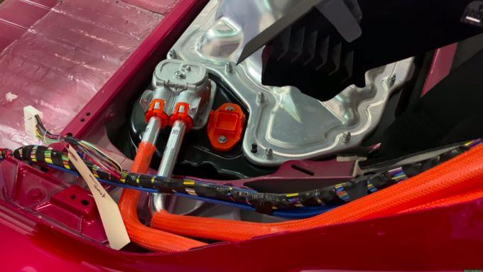 I tubi che portano i cavi dalla porta di ricarica alla batteria sono in alluminio