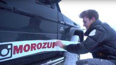 Igor Moroz giustamente impegnato a brandizzare la Mercedes-AMG G63 prima di farla lanciare dai cieli