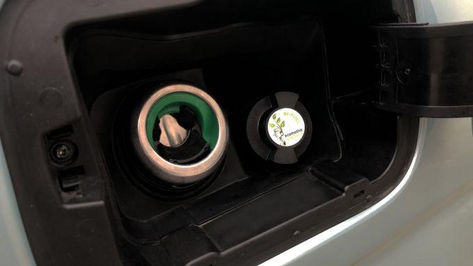 Il bocchettone del metano viene posizionato di fianco a quello della benzina