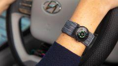 Il braccialetto per rilevare la frequenza cardiaca e il movimento delle mani nei test di Hyundai