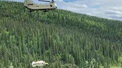 Il bus divenuto famoso per Into The Wild viene trasportato via in elicottero dalla Guardia Nazionale