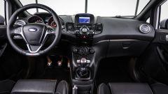 Il carattere racing si respira anche all'interno ma gli interni mostrano tutti gli anni della Ford Fiesta ST200
