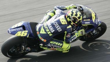Il casco AGV di Valentino Rossi con la Yamaha M1 nel 2004