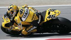 Il casco AGV di Valentino Rossi nel 2005: la grafica speciale celebra i 50 anni di Yamaha